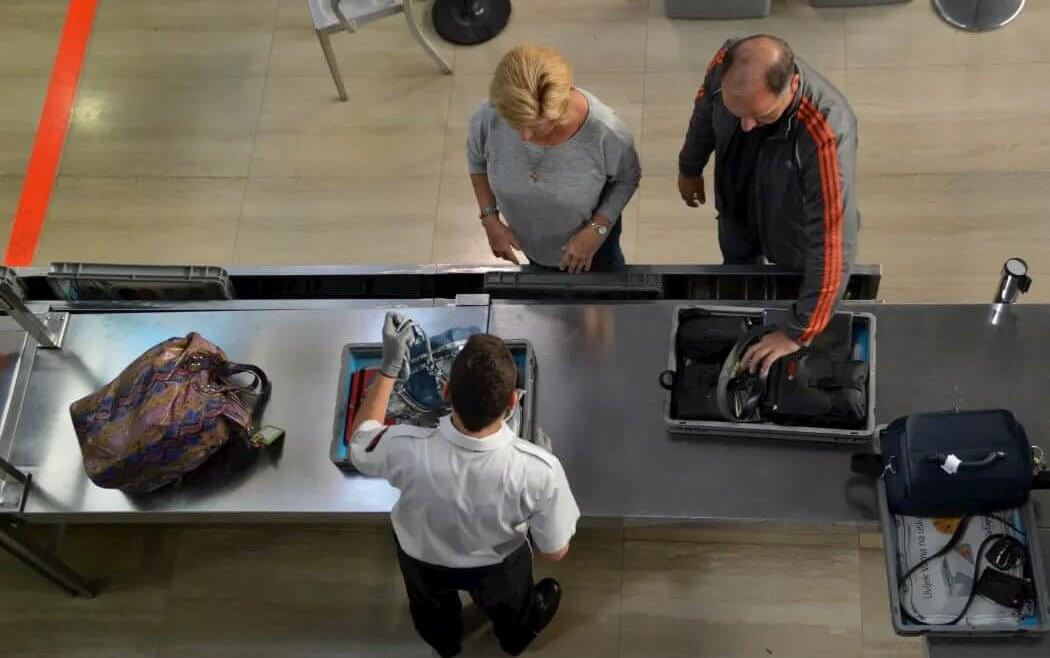 Prótese de quadril x detectores de metal em bancos e aeroportos